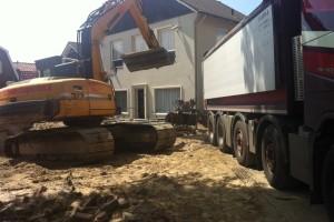 Graafmachine schept geschiedenis tankstation Sint-Michielsgestel weg